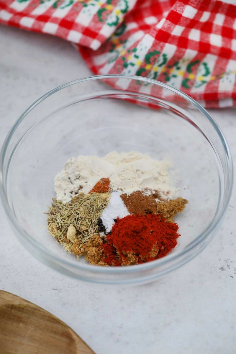 Dry rub spices in glass bowl