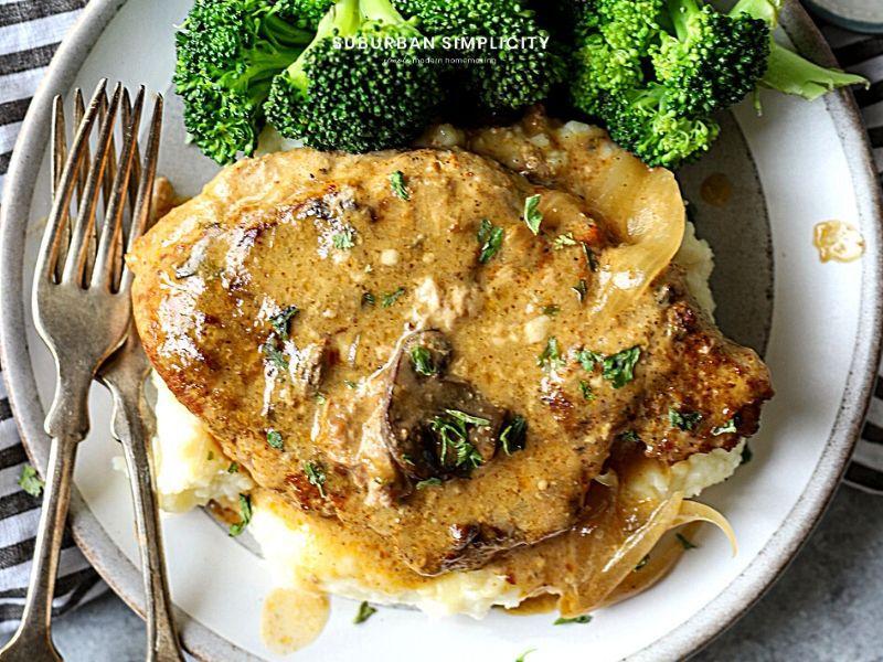 Pork with gravy and mushrooms