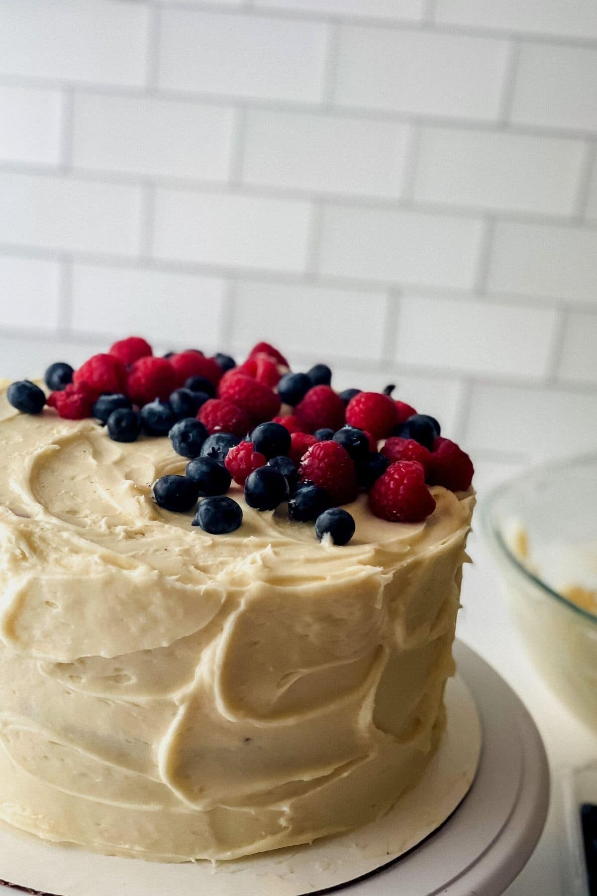 Cake with vanilla buttercream and fresh berries on top