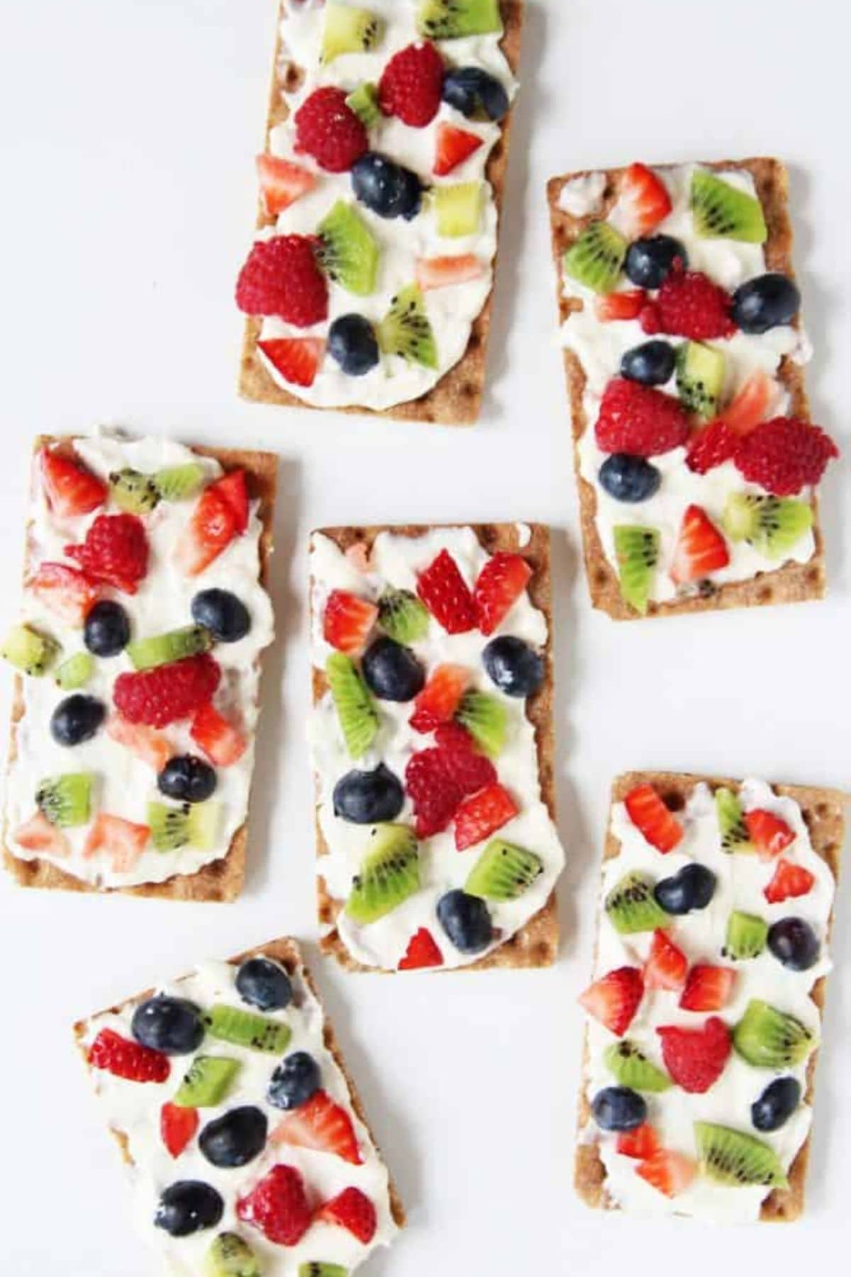 Graham crackers with cream cheese and fruit on top