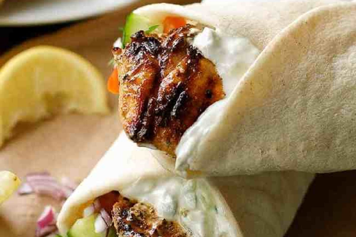 Chicken in pita with sauce and lemon