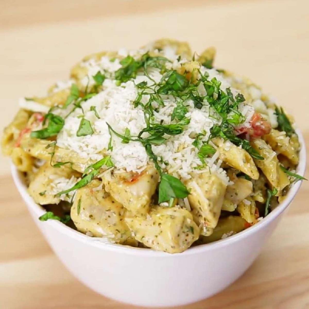 One-Pan Garlic Chicken Pesto Pasta